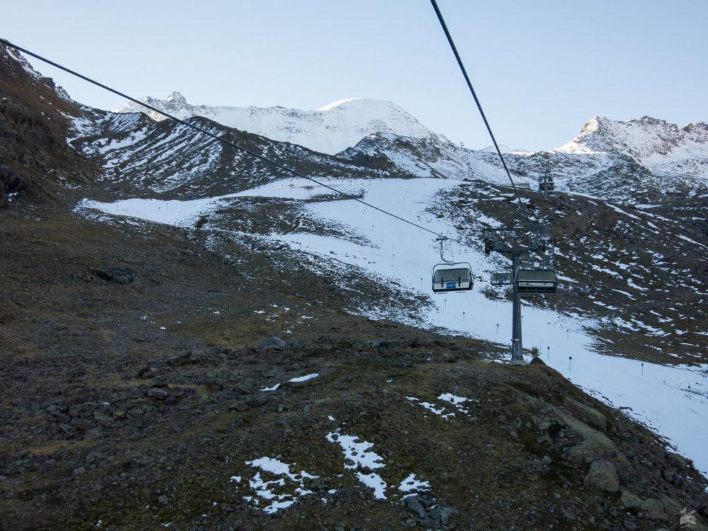 Morgendliche Bergfahrt mit Ox 1. Der Depotschnee hat sogar gereicht um hier zwei Abfahrtsvarianten zu präparieren.