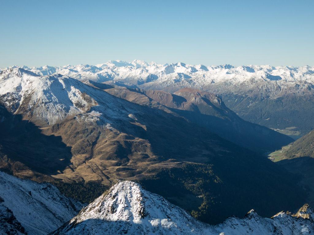 """Panorama bei der Bergstation Karlesspitz, dem """"neuen"""" Dreiländerblick. Der alte befand sich bekanntlich oberhalb der Bergstation des alten Wiesejaggl-Sessellifts. Im Hintergrund die Berninagruppe, von vielen fälschlicher Weise für den Ortler gehalten. Rechts unten blitzt der Reschensee hervor."""