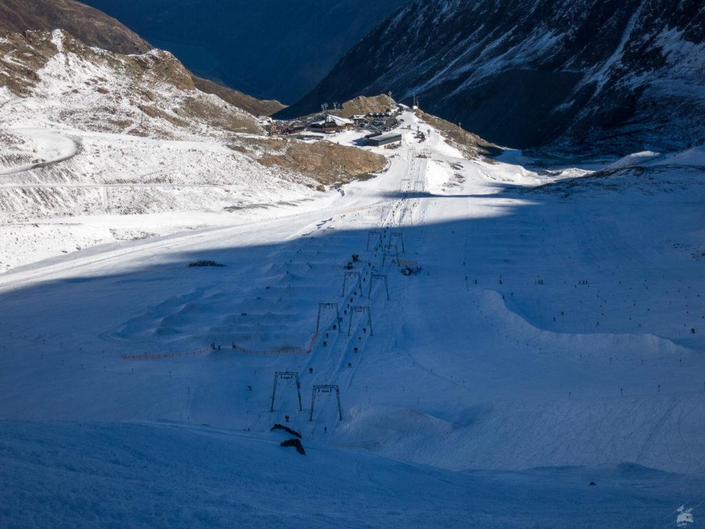 Der Snowpark, einst ganzer Stolz des Kaunertaler Gletschers, musste inzwischen vom Nörderjochlift weg zu den Weißseeliften verlegt werden. Für eine Halfpipe ist es da aber wohl zu flach.
