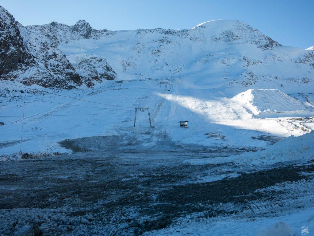 Am Nörderjochlift sieht es so aus. Zu wenig Schnee für den Gletscherlift, während andererseits dank Schneedepots und Beschneiung bis zur Ochsenalm auf 2100 m abgefahren werden kann.