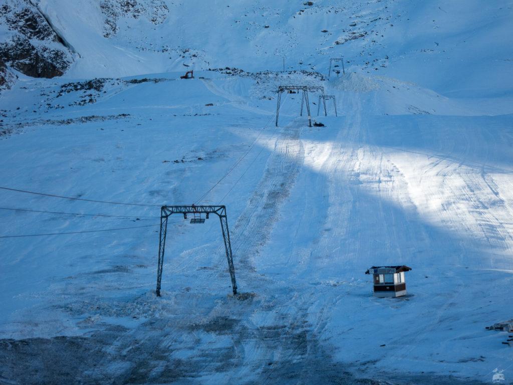 Immerhin, die Vorbereitungen laufen und vermutlich könnte der Lift beim nächsten Schneefall in Betrieb gehen. Es sind aber andererseits noch nicht mal Bügel montiert...