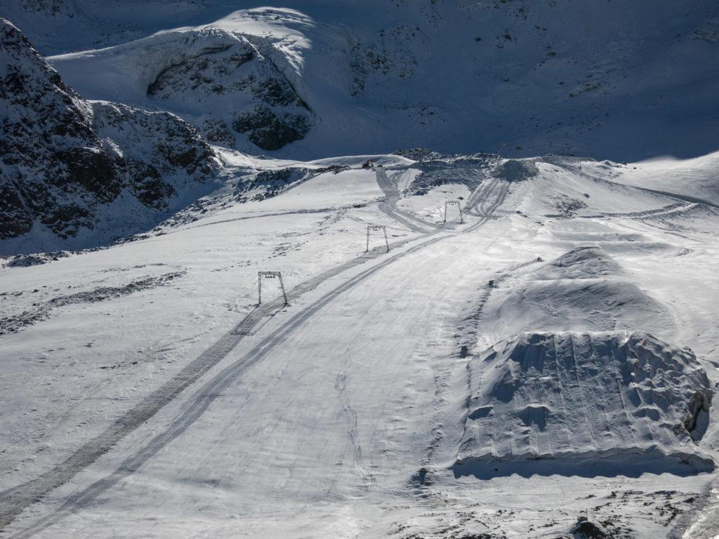 Nörderjochlift mit den Resten des alten Snowparks. Ob man den im Hochwinter wieder herrichtet? Bemerkenswert jedenfalls, dass hier auf dem Gletscher noch kein Liftbetrieb gestartet werden kann, während die Abfahrt zur Ochsenalm bereits in voller Länge befahrbar ist.