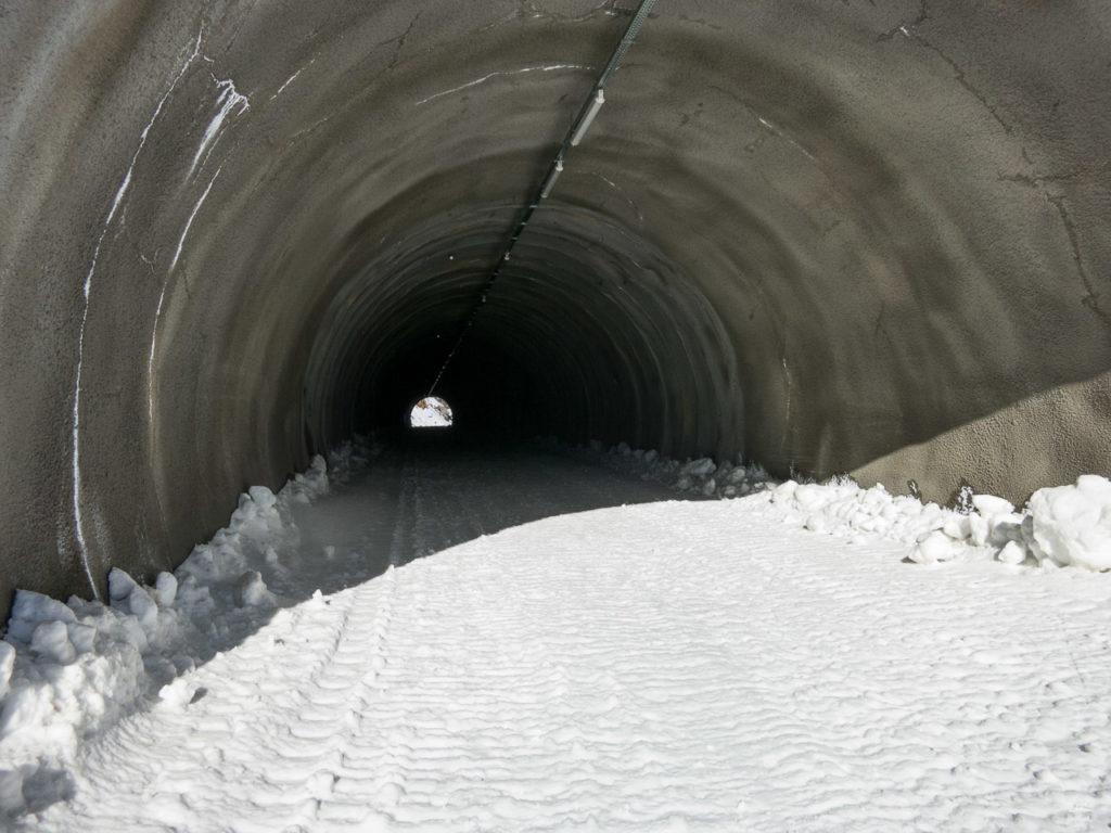 Tunnelblick. Leider befindet sich der Eingang sehr viel weiter unten als ich dachte. Der obere Teil der alten Wiesejaggl-Abfahrten ist damit wohl endgültig aufgegeben worden und allenfalls noch als Variante befahrbar.