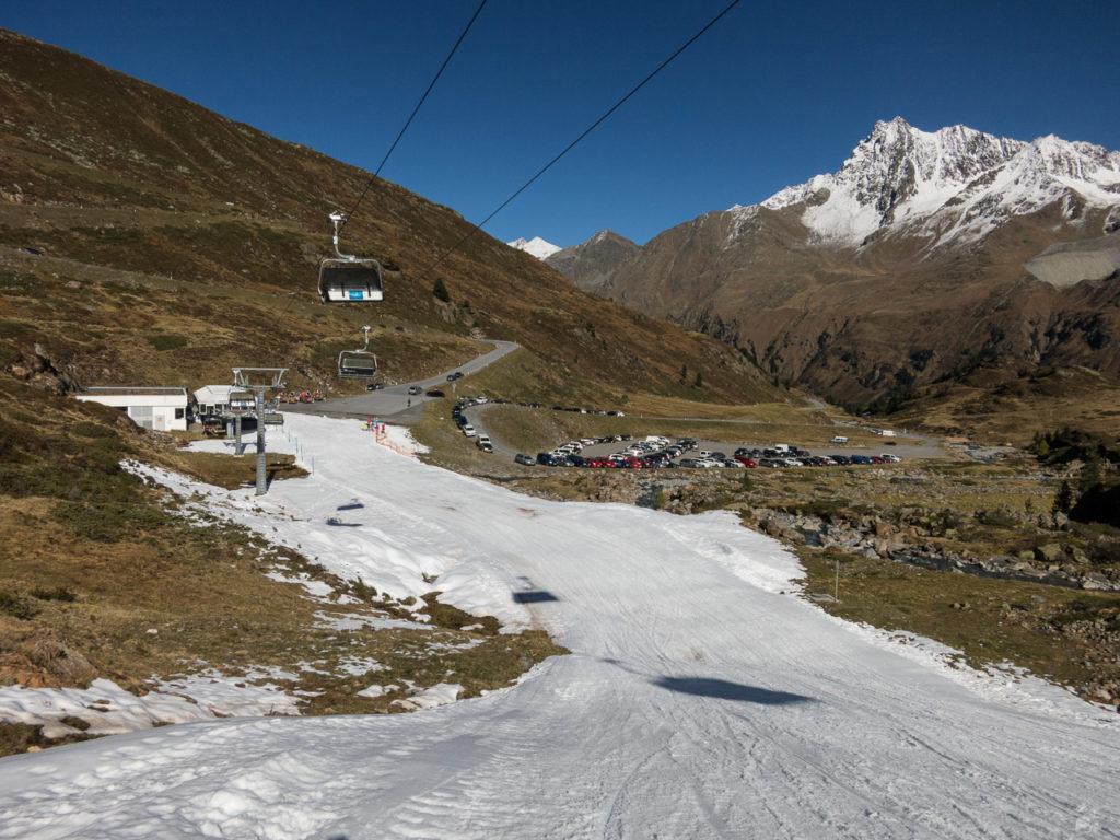 Abfahrt bis auf 2100 m. Und auch der Füllgrad des Parkplatzes hält sich in Grenzen.