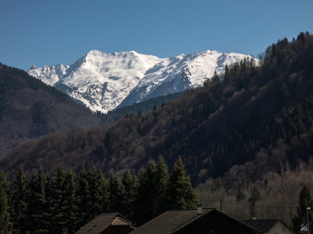 Im Zoom. Noch viel Schnee auf den Bergen.