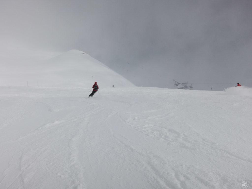Beim ersten Mal nehmen wir die Col de l'Audzin. Sicht annehmbar, der Rest ist Pulverschnee. Gleich nochmal hoch. Wartezeiten? Was ist das?