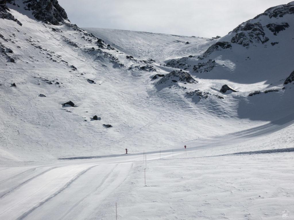 Weniger erfreulich ist, was aus der alten Col-Piste wurde, die einst als breiter Gletscherhang hier in der Bildmitte verlief