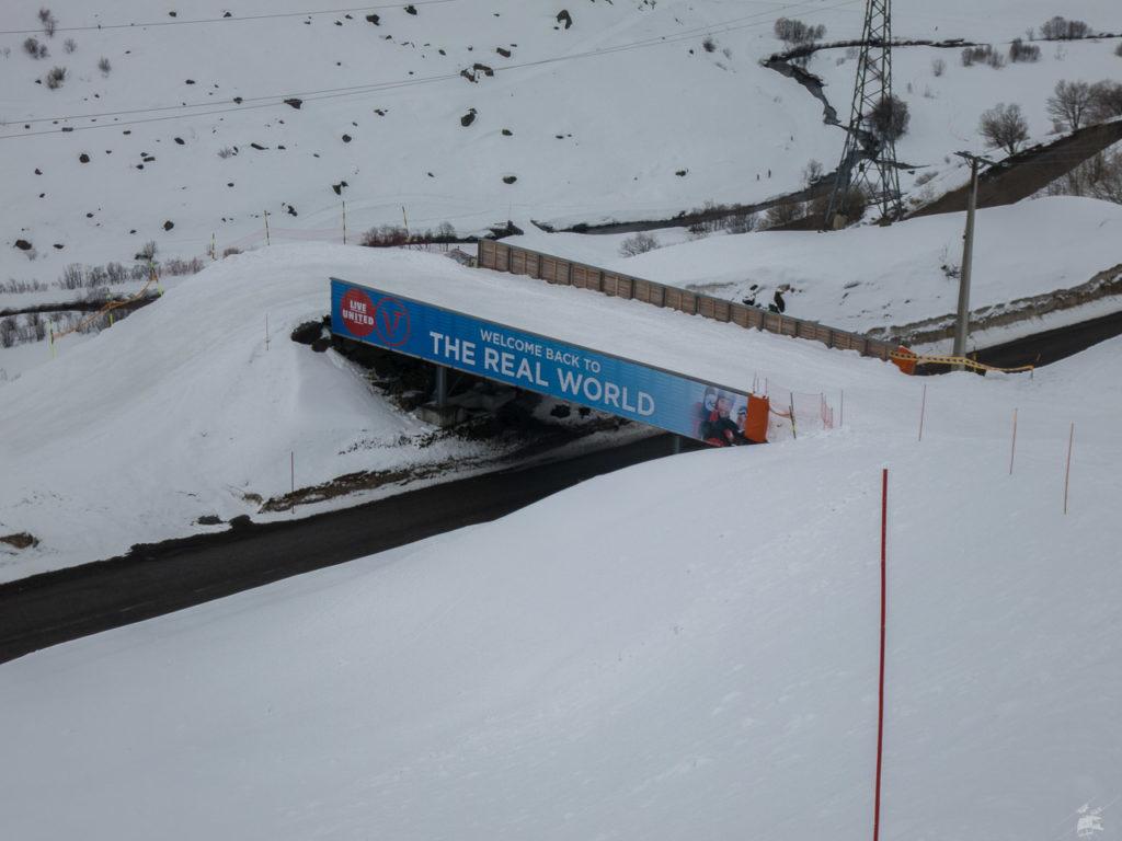 Die neue Skibrücke, mit der man von Les Ménuires zur Talstation Plan de l'Eau kommt. Laut Plan soll man von der Talstation des Montaulever-Schleppers dort hin kommen. In der Realität muss man schon oben bei der Bergstation in die blaue Plan du Bouquet einsteigen, um dort hin zu kommen. Dann kann man gleich über den Ziehweg nach ValTho hinüber queren.