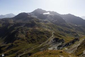 Erster Zwischenstopp am Roche de Mio. Blick auf die Westflanke der Bellecôte mit dem ehemaligen Sommerskigebiet. In der Bildmitte die Mittelstation Col de la Chiaupe.