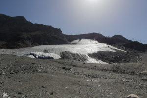 Was vom Gletscher übrig blieb. Anfang der 70er reichte das Eis bis an den späteren Standort der Bergstation. Unter den Planen befindet sich die Eisgrotte, einzige Sommerattraktion für Normaltouristen hier oben.