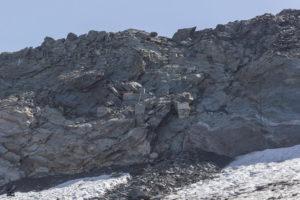 Oben am Grat sieht man die Fundamente der alten Col-Lifte. Vom Grat selbst startet eine lange Tourenabfahrt nach Champagny-en-Vanoise. Je weiter der Gletscher abschmilzt, desto schwieriger dürfte der Einstieg in Zukunft zu erreichen sein.