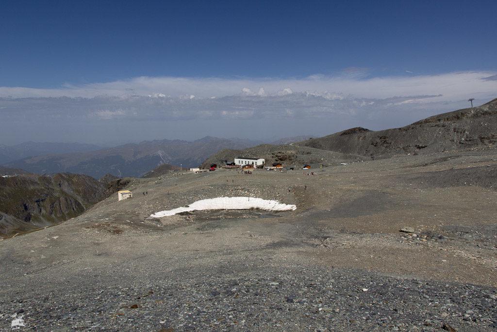 Das Gletschervorfeld mit der Bergstation der Zubringerbahn, die vor einigen Jahren mal abgebrannt ist.
