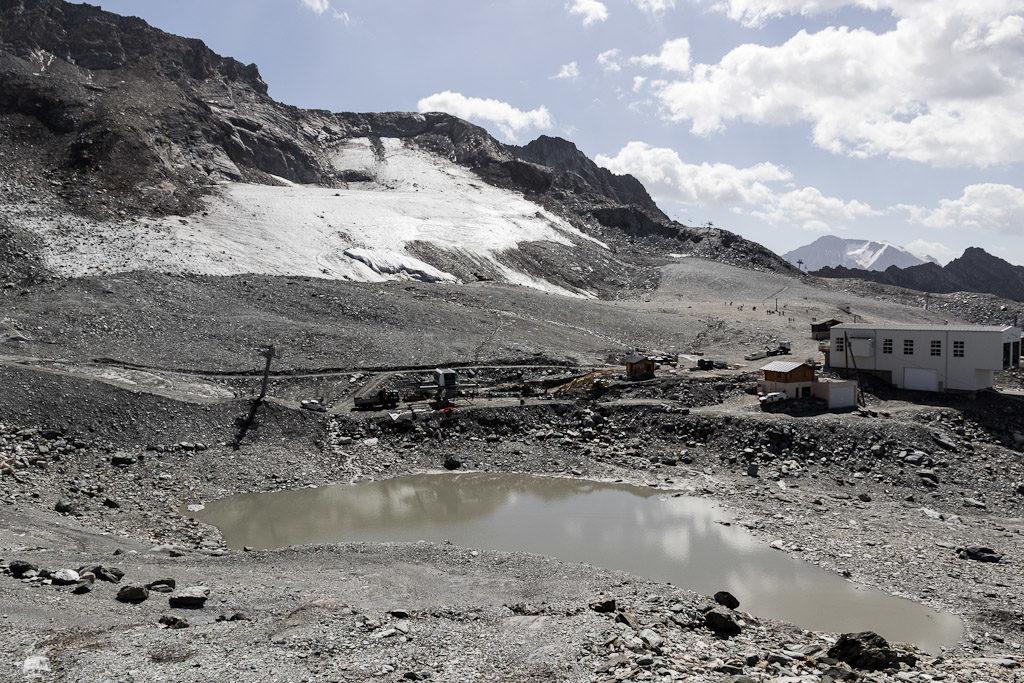 Rechts am Grat zu erahnen die Bergstation der Vierersesselbahn Glacier (2003).