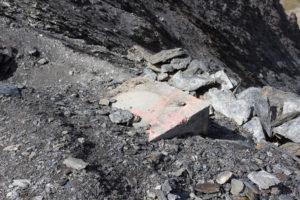 Ein Fundament der alten Doppelsesselbahn liegt unscheinbar am Weg zum Glacier de Bellecôte. Es reicht ca. anderthalb bis zwei Meter in die Tiefe.