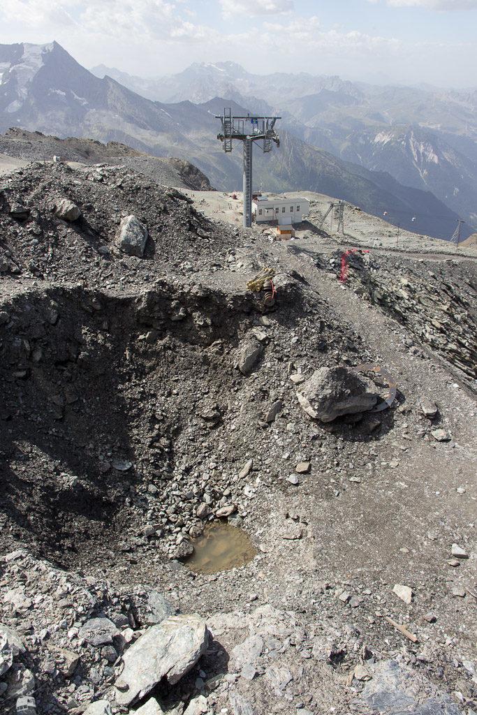 Gleich daneben befindet sich eine riesige und um die vier Meter tiefe Grube für das Mastfundament der neuen Bahn.