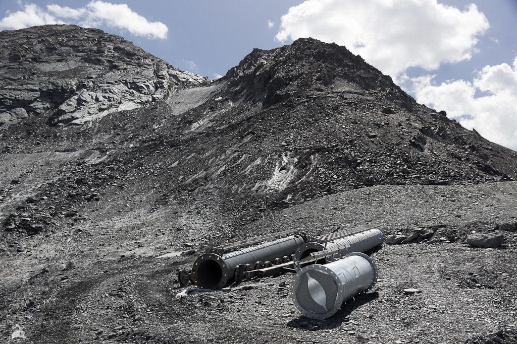 Unter sträflicher Missachtung sämtlicher Verbotsschilder doch noch angekommen am Glacier de Bellecôte. Oben zu erahnen der alte und neue Ausstieg der Traversée-Sesselbahn.