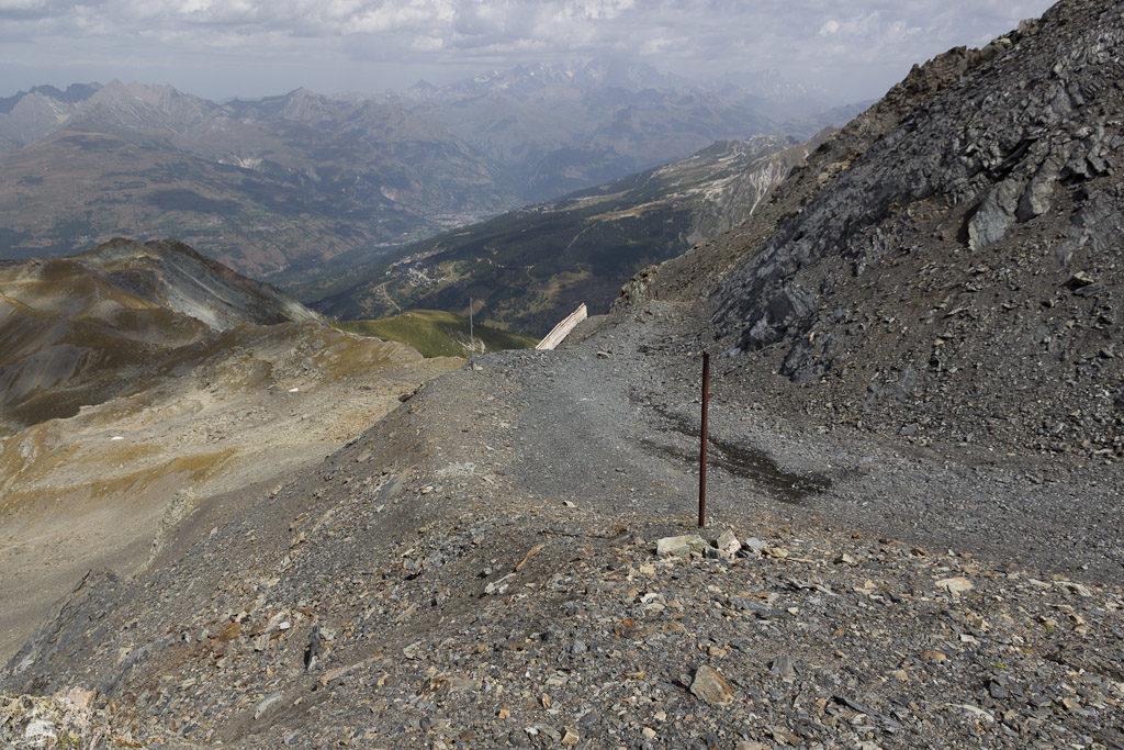 Man hat sogar einen Weg gebaut. In meiner Erinnerung an die Jahre 2000/01/02 ging es hier direkt in den Steilhang. Im Hintergrund übrigens Les Arcs.