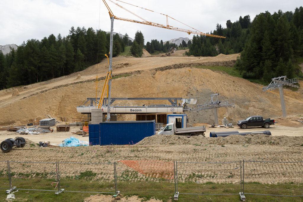 Auch in Plagne Centre wird kräftig umgebaut in diesem Sommer. Hier die neue kuppelbare Sechsersesselbahn Becoin. Teile ihres Vorgängers ergeben den neuen Traversée-Lift am Gletscher.