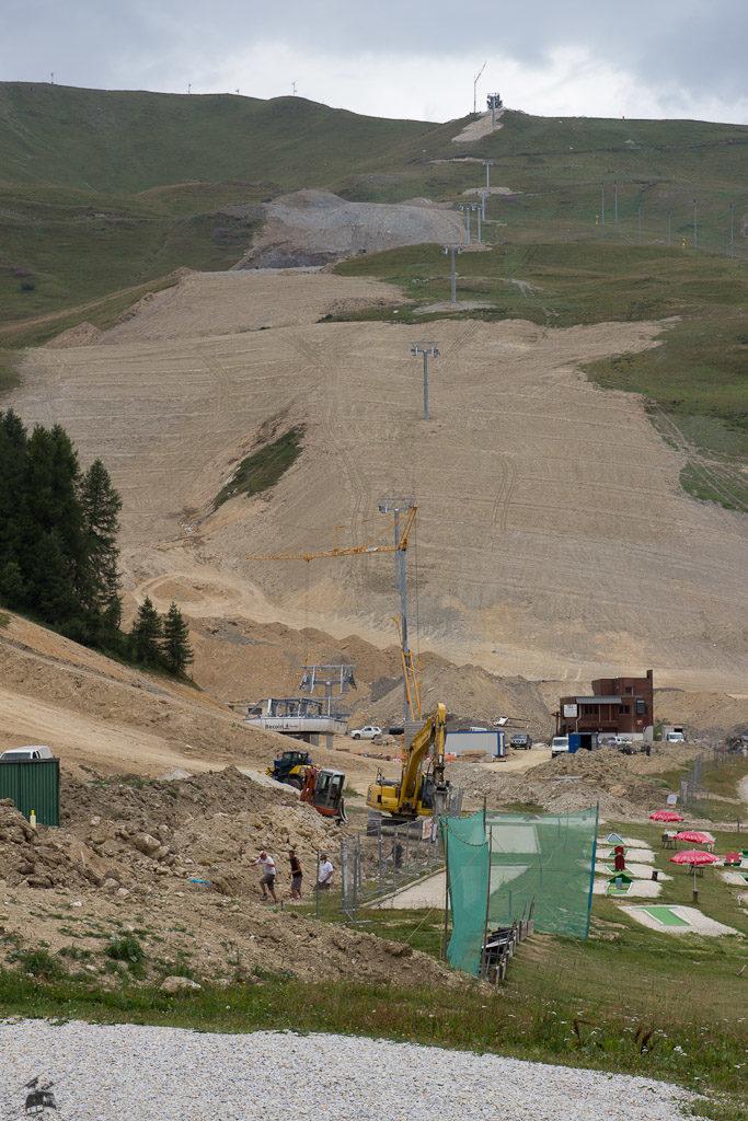 Das neu modellierte Stade de Slalom samt Front Neige. Vorne sorgt ein Pressluftbohrer für die passende Geräuschkulisse. Hat sicher Spaß gemacht, dort diesen Sommer seinen Urlaub zu verbringen.
